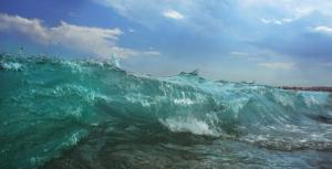 vagues sur la baie des anges nice d'irmeli jung
