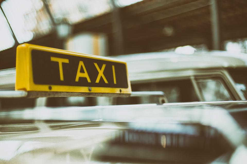 Comment réserver un taxi à l'aéroport de Nice?